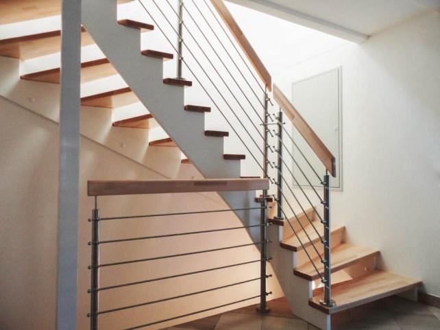 Treppe mit Stufen aus Buchenholz, Geländer mit Edelstahlgurten und Holzhandlauf