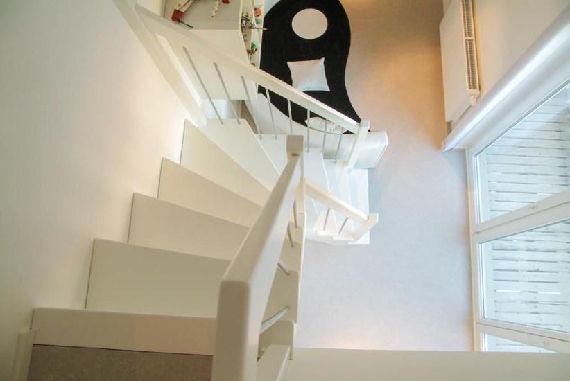 Weiß lackierte Treppe mit Edelstahlsprossen