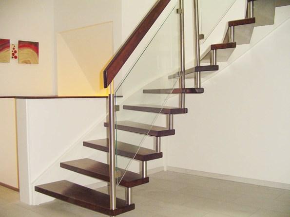 Treppe mit Glasgeländer und weißer Wandwange