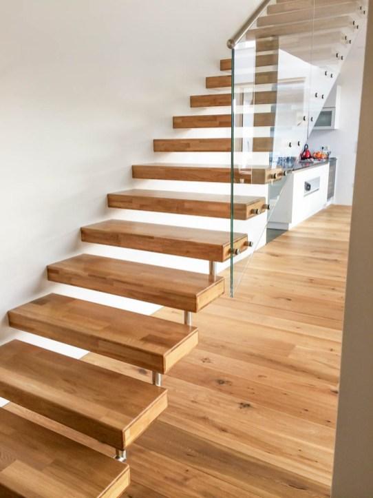 Treppe mit Trittstufen aus Eichenholz und Glasgeländer