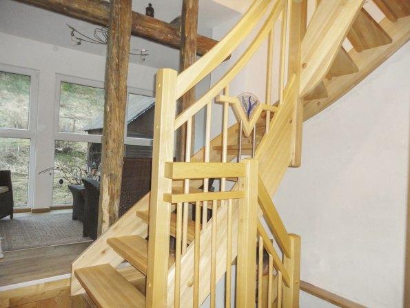 Treppe aus Buchenholz mit Zierglaselement