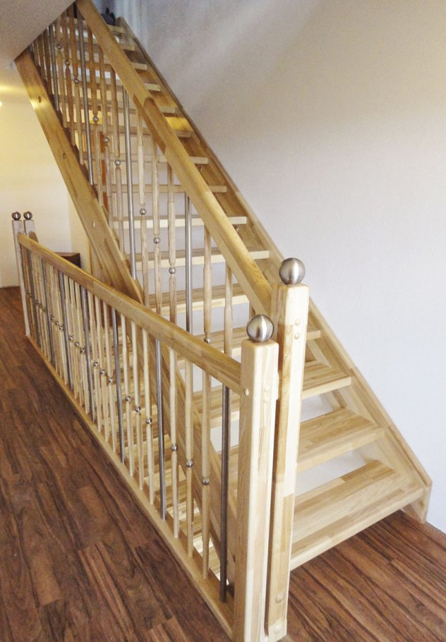 Eschentreppe mit Edelstahl-Holzgeländer Kombination und Zierkugeln