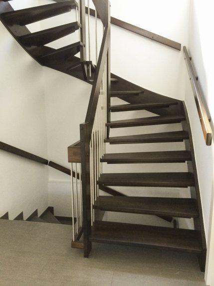 Dunkel gebeizte Treppe mit Edelstahlsprossengeländer