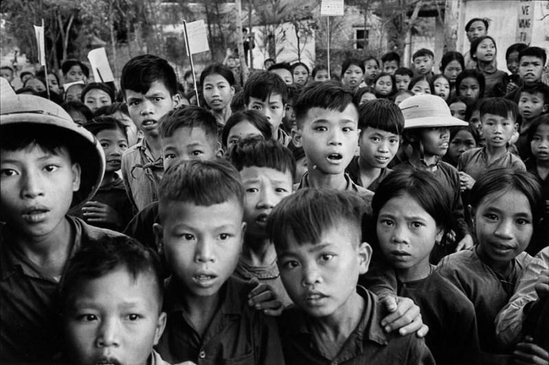 Vietnam, 1969. Dans un village du nord du Vietnam, à la sortie d'une classe, ces écoliers me dévisagent, curiosité et crainte mêlées. J'étais peut-être le premier Européen qu'ils rencontraient.
