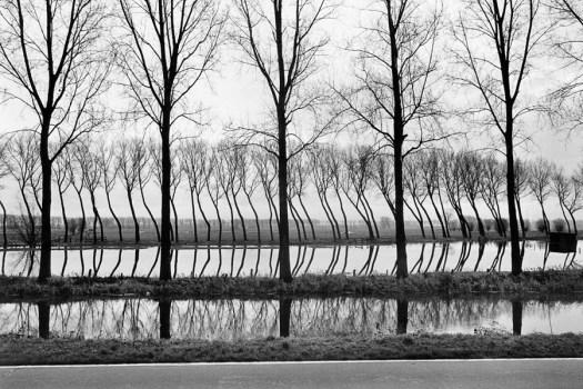Hollande, 1994. Etranges réflexions au bord d'un canal.