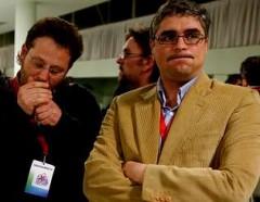Carlos Aymerich resopla mientras observa los resultados de la provincia de A Coruña