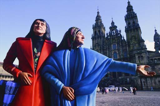 Estatua das Marías exposta na praza do Obradoiro