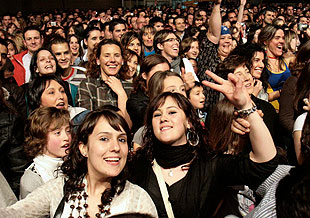 Moitas mozas no concerto de Baute en Melide