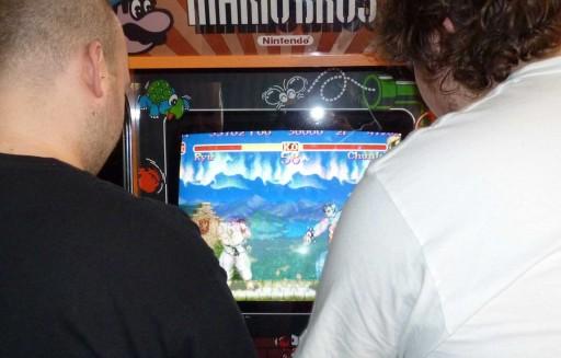 Xogando ao Street Fighter II nunha recreativa en ExpOtaku