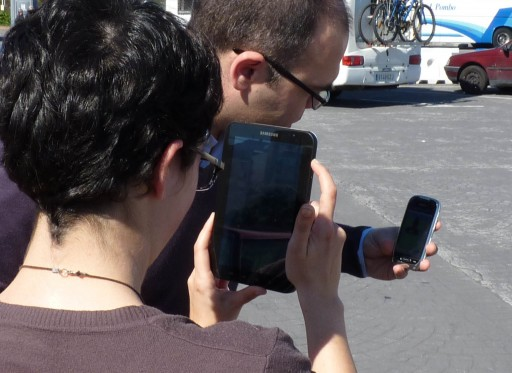 Un móbil Nokia fotografado cun Samsung Galaxy Tab
