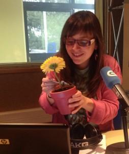 Rocío Pereira comendo dunha maceta
