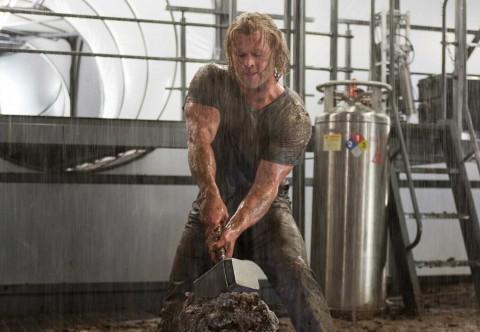 Thor collendo a Mjolnir
