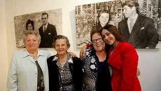 Amparo Vello, Sara Zas y Marina Grela, con Rebeca Ponte, promotora de la exposición