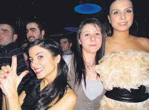 Estefanía Dopazo —derecha— acompaña a Raquel Atanes —izquierda— por la noche de Melide