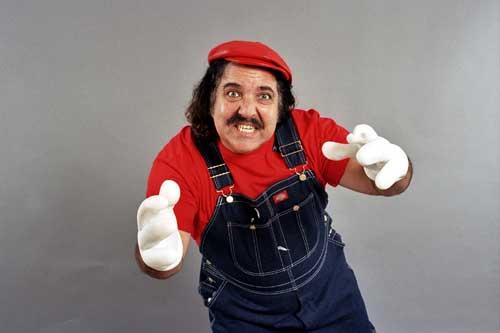 Ron Jeremy caracterizado coma Mario