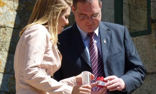 Santos entregando o pin de embaixadora do melindre a María Mera