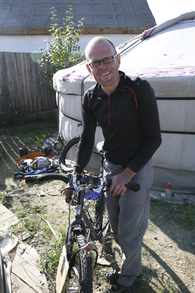 Beat from Switzerland started cycling in Kyrgystan and just broke 10,000 km. (www.betzgi.ch)