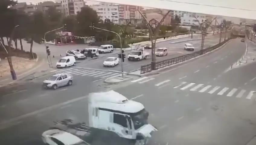 Mardin'de 2 kişinin yaralandığı kaza anı güvenlik kamerasında