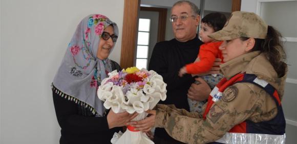Mehmetçik, şehit annelerini unutmadı