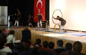 Çocuklar sirk gösterisiyle eğlendi