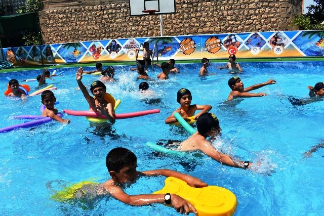 Çocuklar yüzme öğrendi