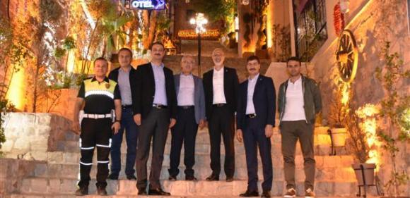 Bakan Yardımcısı Gece Mardin Sokaklarında Gençlerle sohbet etti