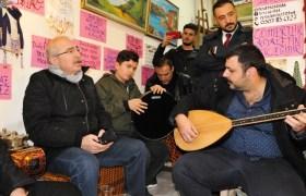 Vali Yaman  gençlerle Türkçe ve  Kürtçe şarkı söyledi