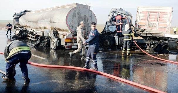 Akaryakıt yüklü Tanker ile iki tırın çarpıştığı kazada 3 kişi yaralandı