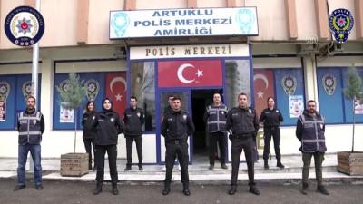 """Polisten Türkçe, Arapça  ve Kürtçe """"Evde kal"""" klibi"""