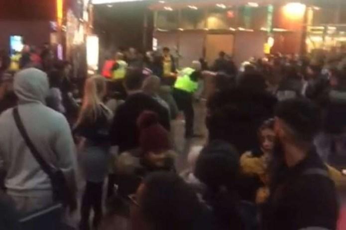 Atac cu macete într-un cinematograf din Marea Britanie: Șapte poliţişti răniţi / Cinci adolescenți au fost arestați