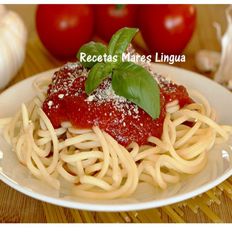 receta de los espaguetis con salsa de tomate y albahaca.