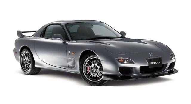 El Mazda RX7 fue como una evolución para los motores cuando llego por primera vez en 1993, ya que a sus diseñadores se les dio la opción de poner el motor que mejor le fuera al auto, escogieron el rotativo. No solo escogieron esta opción por la parte sentimental, también tenía sentido ya que querían hacer un auto deportivo que era más ligero, más pequeño y que se podía acercar más al suelo para un mejor centro de gravedad. También lo escogieron por lo simple que es, un motor rotativo normal tiene solo tres partes movibles 2 rotores y un eje central. El pequeño motor de 1.3 litros 2,654 cc, produce la gran cantidad de 255 CV y 217 libras de torque con la ayuda de turbo cargadores. Mucha gente cree que fue el primer auto con un sistema biturbo secuencial, aunque de hecho fue el segundo, pues el primero fué el Mazda Cosmo.