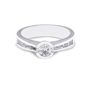 anillo de compromiso de oro blanco con diamantes
