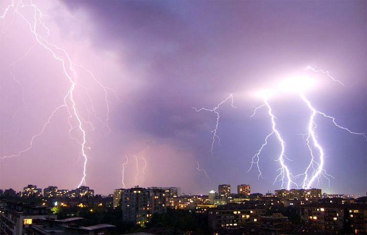 800px-Boby_Dimitrov_-_Summer_lightning_storm_over_Sofia_(2)_(by-sa)