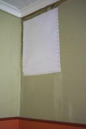 Die angekleisterte und angenagelte Pappe beim Trocknen