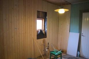 Die gleiche Ecke mit neuer Täfelung: hier sieht man auch schon die Größe des neuen Fensters anhand der Aussparung
