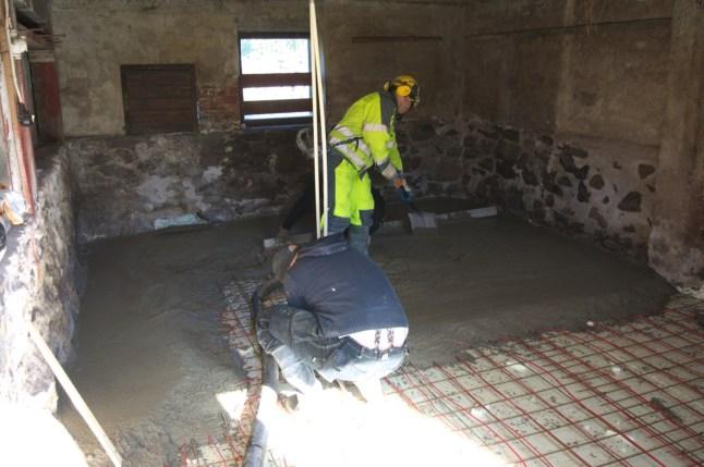 Beim Gießen des Fußbodens