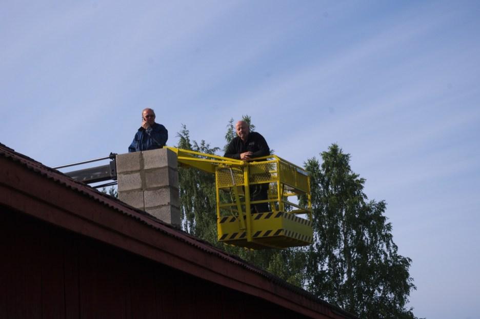 Die obersten Reihen des Schornsteins mussten mit einem Kran gemauert werden, um nicht die morschen Dachziegel zu zerbrechen. Einen Tag später wurde dann auch ein Blech um den Kamin installiert, was ihn und das Dach wieder regendicht macht