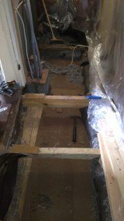 Die Durchführung ist fertig. Ein Teil des Unterbodens ist schon mit Isolierplatten bedeckt.