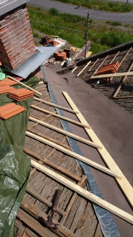 Die Lage Dachpappe in der Kehle als Schutz.