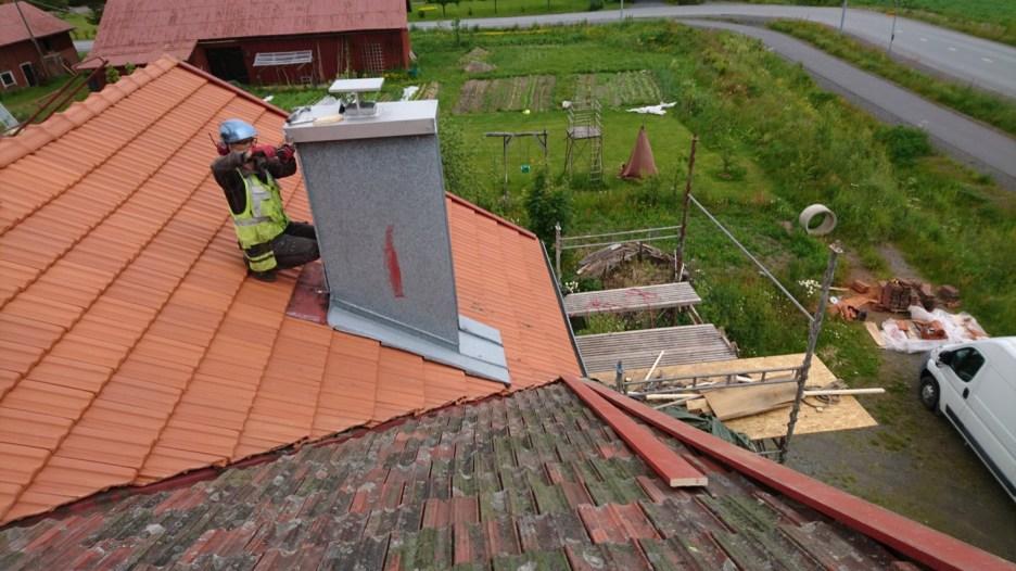 Jetzt ist er erste Teil des Daches fertig, auch die Blechverkleidung des Schornsteins kann wieder angebracht werden.