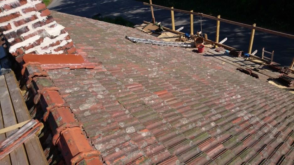 Auch am Schornstein mussten die Fugen nachgebessert werden. Aber das Dach hält jetzt wieder für viele Jahre.
