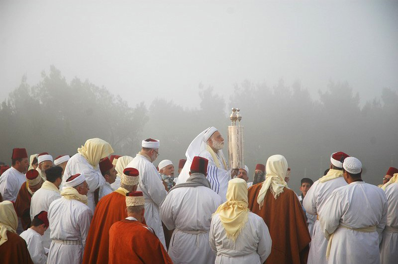 Samaritans observing Passover on Mount Gerizim in 2006. Edward Kaprov.(Wikimedia Commons)