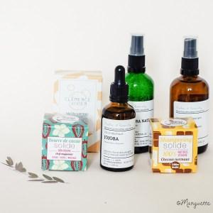 Les produits cosmétiques pour adolescent : un savon surgras, du gel d'aloe vera, une huile de jojoba, un hydrolat, un shampooing chocolat, une beurre de cacao