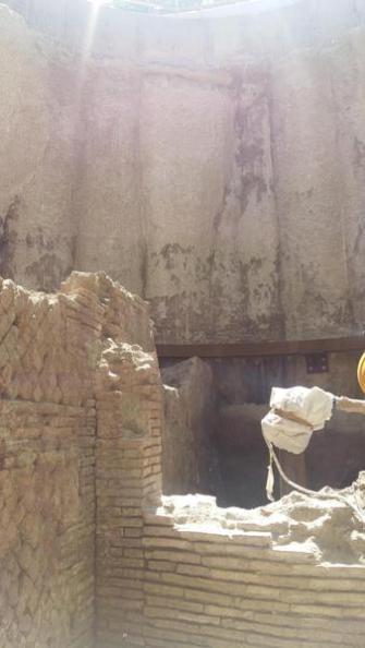 Gli ambienti della media età imperiale che, a causa di un incendio contengono ancora conservate parti del solaio ligneo e del mobilio sono stati ritrovati durante i lavori per la realizzazione della metro C a Roma, 26 giugno 2017. ANSA/Paola Lo Mele