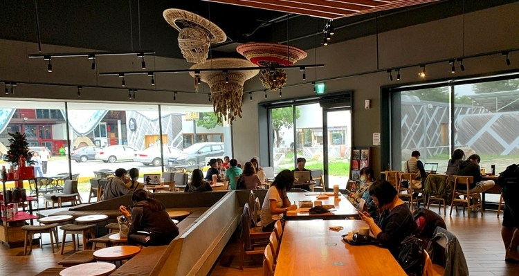 星巴克台東新生門市| 鐵花新聚落 熟悉的咖啡香 全新的環境感受 鄰近鐵花村 培根蛋英式麥芬 早餐推薦
