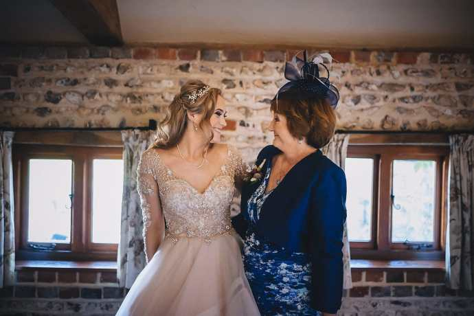 The bride poses with her mum before the ceremony