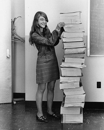 Margaret Hamilton con el código del Apollo 11
