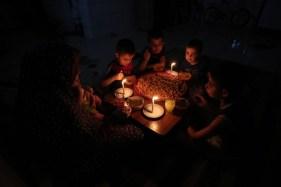 Una familia comparte la cena de Ramadán en el campo de refugiados de Rafah, el 11/6/17. (AFP/Said Khatib)