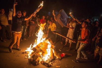 Jóvenes protestan por la falta de energía eléctrica,
